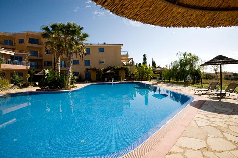 Large communal swimming pool with plenty of space to unwind in the sun. - Coastal view apartment in Paphos - Peyia - rentals