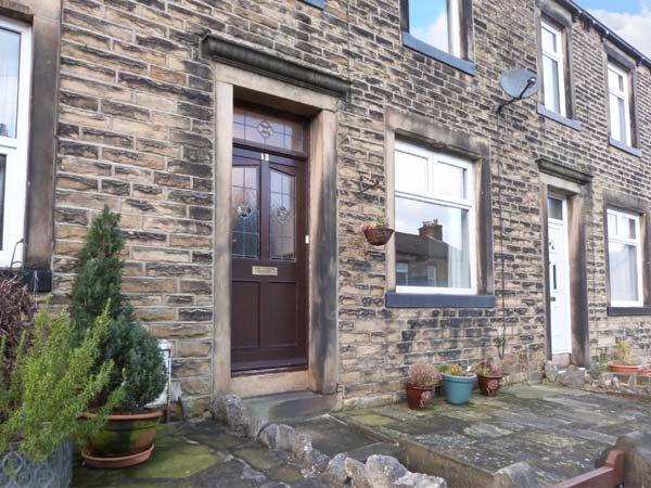 WEAVER'S COTTAGE, stone-built terraced cottage, WiFi, woodburner, walks from the door, in Skipton, Ref 31110 - Image 1 - Skipton - rentals