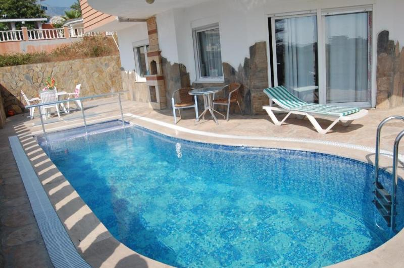 Turquoise waters in your own pool. Shade and Sun. Perfection - Castle View Villa & pool Beach/Shops/Bar 5/10 mins - Mahmutlar - rentals