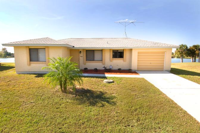 Front view - Lakefront home with 4 sleeps - Port Charlotte - rentals