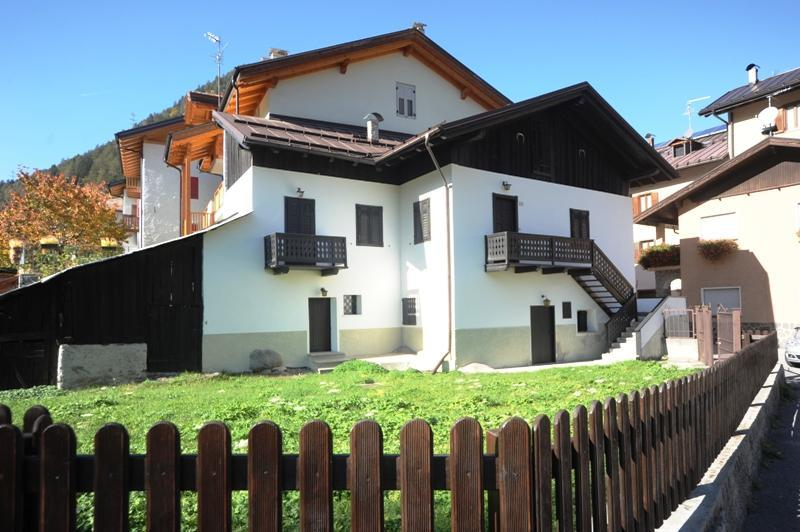 the house is very sunny because of its location, despite being in the center of the country, it is not noisy but it is very quiet Has a beautiful garden when you can eat - Meneghina's house - Ossana - rentals