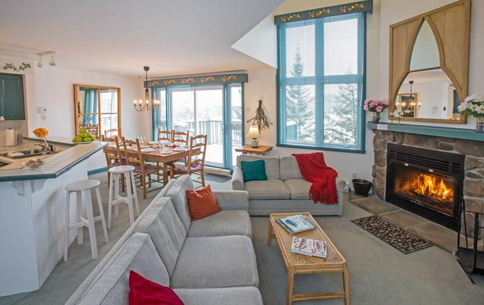 Bright & sunny living room with fireplace - Erabliere 3-bedroom Tremblant resort condominium - Mont Tremblant - rentals