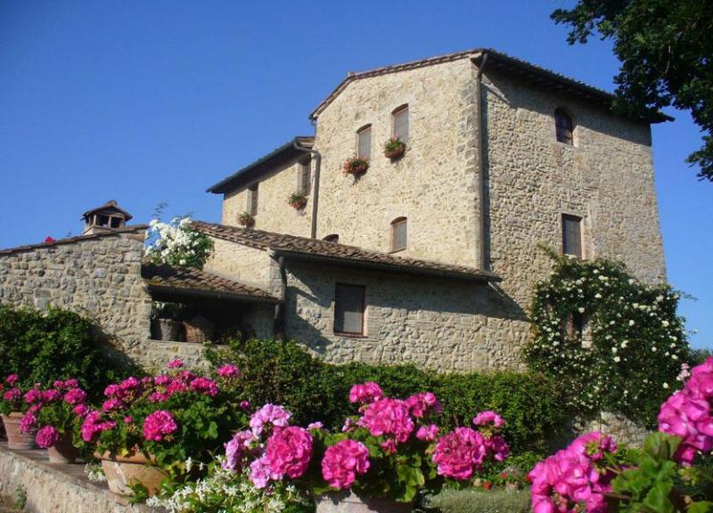 Main view of the BandB  and flowers on the garden - Bed and Breakfast Cortezza - San Gimignano - rentals