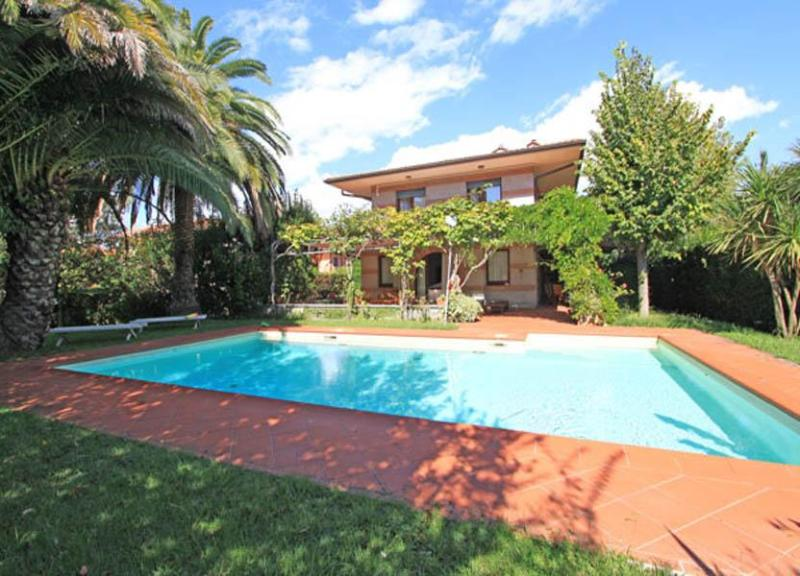 Main view of the villa and swimming pool - Villa Primula - Forte Dei Marmi - rentals