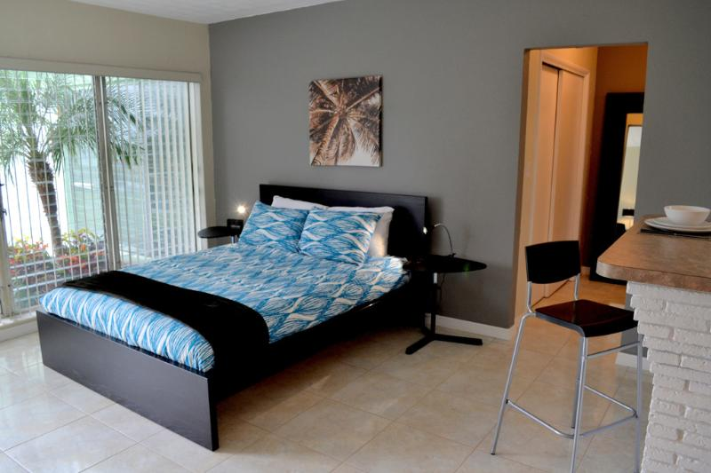 Twin Palm Queen Bed - NEW LISTING! TWIN PALM STUDIO - Fort Lauderdale - rentals