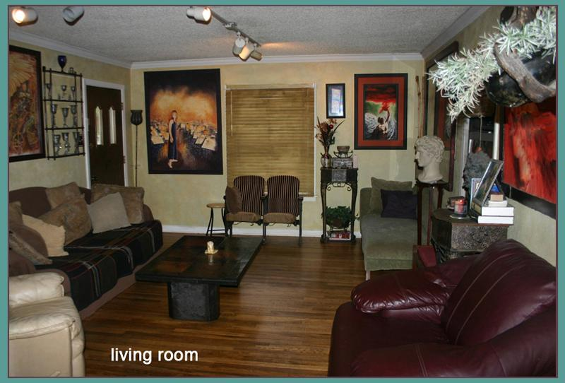 Living Rm. Artistic.relaxed.hardwood floors.dvd.netflix.2 couches - Beautiful 4 bedroom hardwood home! - Austin - rentals