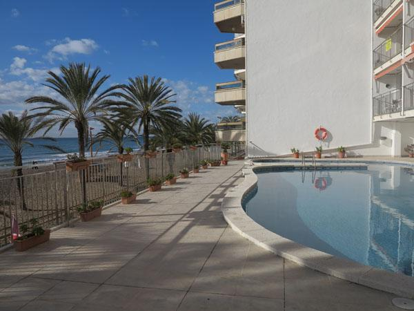 pool and beach - 5th floor ocean-front apartment, close to Barcelona, with great sea-view and kms long fine sandy beach - Calafell - rentals