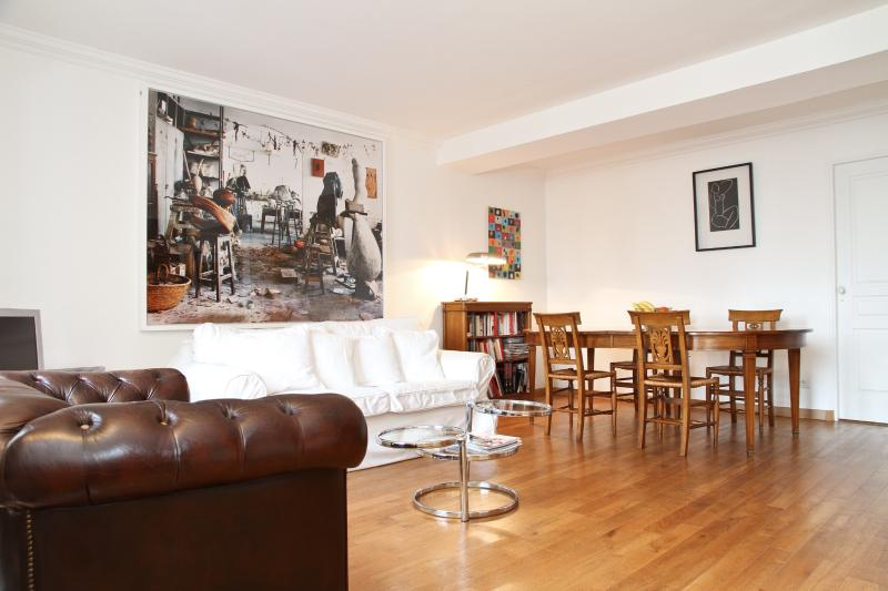 Living and Dining Area With Beautiful Parquet Flooring - 41. LARGE & CENTRAL APARTMENT-ST GERMAIN DES PRÈS - 6th Arrondissement Luxembourg - rentals