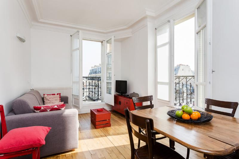 Sunny Living Room With Balcony Access - 45. Private Apartment - Sunny Balcony - Bastille - 11th Arrondissement Popincourt - rentals