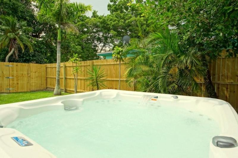 Hot-Tub Whirl-Pool in Courtyard - BeachTurtle - Fort Myers Beach - rentals