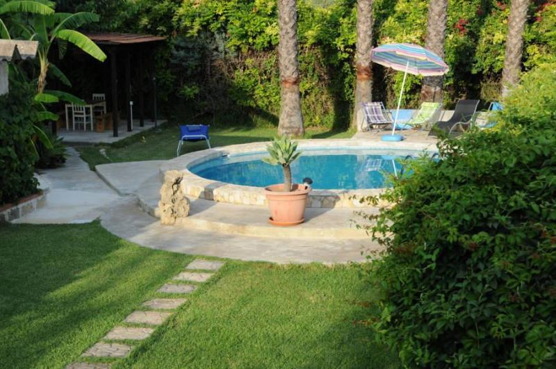 Pool and Garden - Small independent villa in estate with pool - Syracuse - rentals