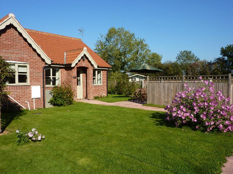 Lady Broad Cottage - Image 1 - Rollesby - rentals