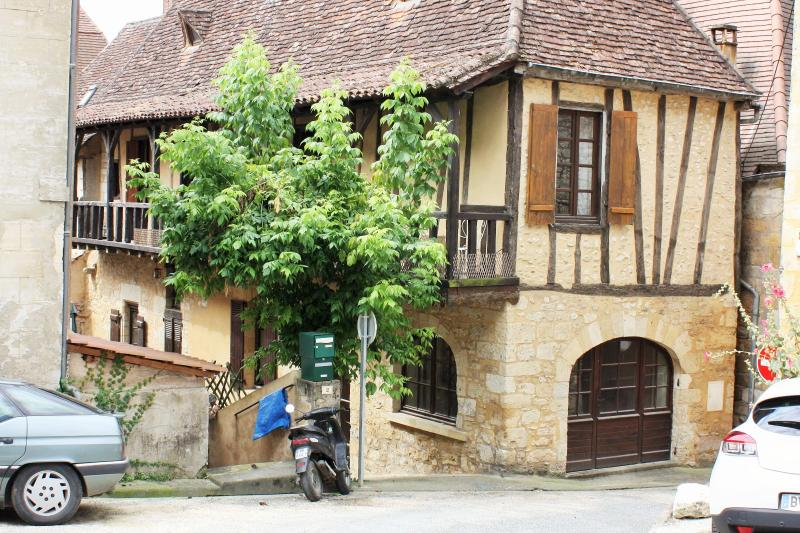 View of the house from the square - Superb 14th Century Medieval House - Saint-Cyprien - rentals
