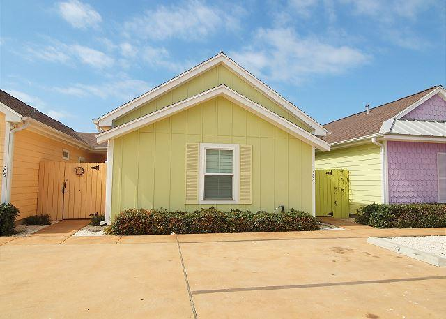 Front of building - Aloha Cottage - Corpus Christi - rentals