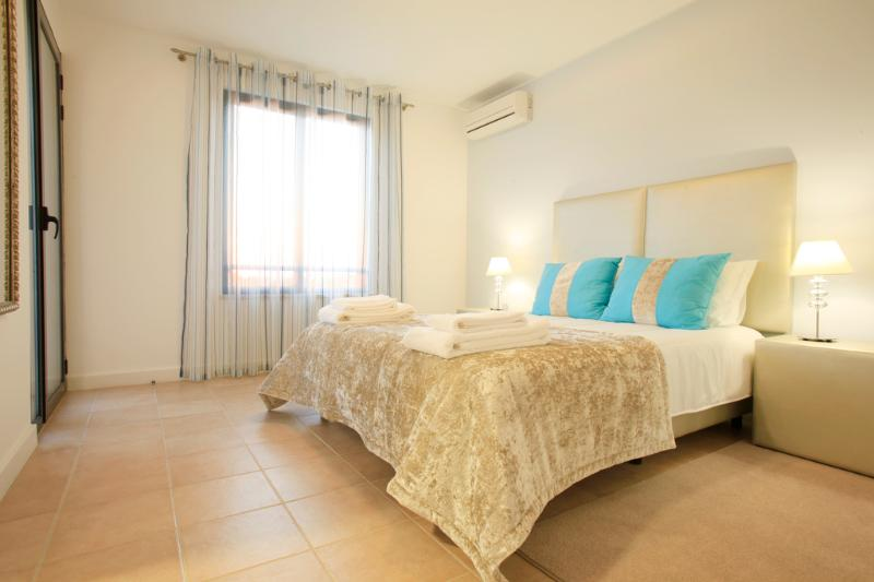 MODERN 2 BEDROOM TOWNHOUSE FOR 5 WITH FIREPLACE AND GARDEN NEAR ALBUFEIRA REF. OVIEW134168 - Image 1 - Albufeira - rentals