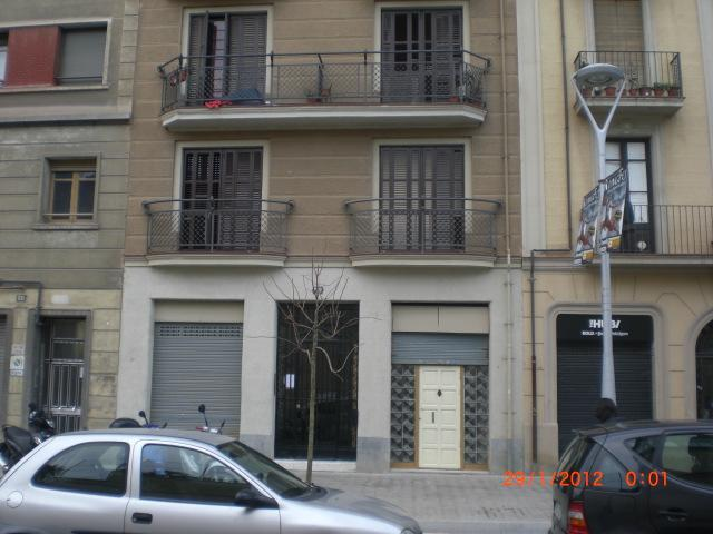 Front entrance to apartment on first floor - GREAT 1BR APARTMENT CLOSE TO ALL IN THE HEART OF BARCELONA! - Barcelona - rentals