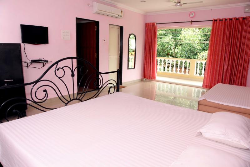 bedroom 1 - Bungalow for 10 guests, 20mins drive Calangute & Baga - Mapusa - rentals