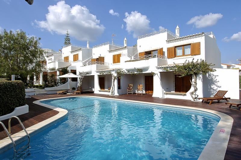 2 BEDROOM APARTMENT FOR 5 NEXT TO THE BEACH IN OLHOS D'AGUA, ALBUFEIRA (1) REF. 134618 - Image 1 - Olhos de Agua - rentals