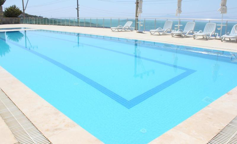 Swimming pool with sunbeds and sea view - New and beautiful apartment with panoramic sea views - Bodrum - rentals