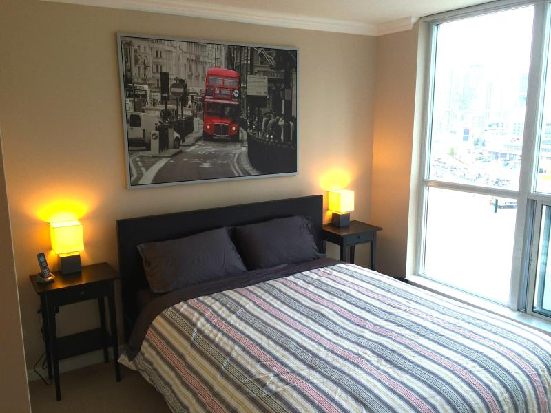 Master bedroom, queen bed - 2 Bedroom Waterfront Retreat with Parking - Toronto - rentals