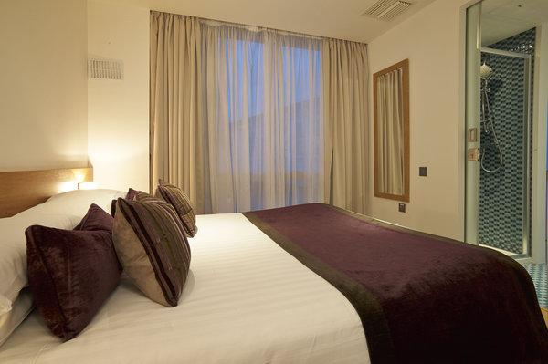 Modern & Stylish Bedroom with quality linen - Modern 2 bedroom in the Heart of Earls Court - London - rentals