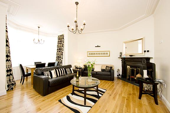 """Open plan living room with large Bay window and open fire - The """"Michael Collins"""" apartment, historic Dublin. - Dublin - rentals"""
