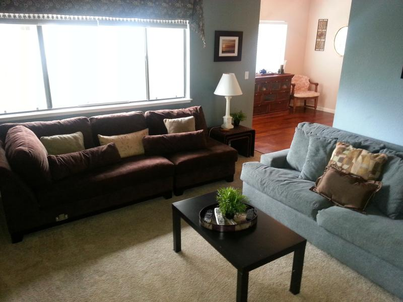 View of the Living Room from the entry - 3 Bdrm 2 bth home 5 min from SJ Airport--Corporate - San Jose - rentals