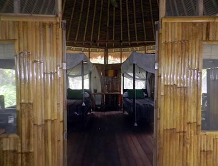 Right on the beach 1 double or 2 singles hmm - Bamboo Beach Shack - West Sulawesi - rentals