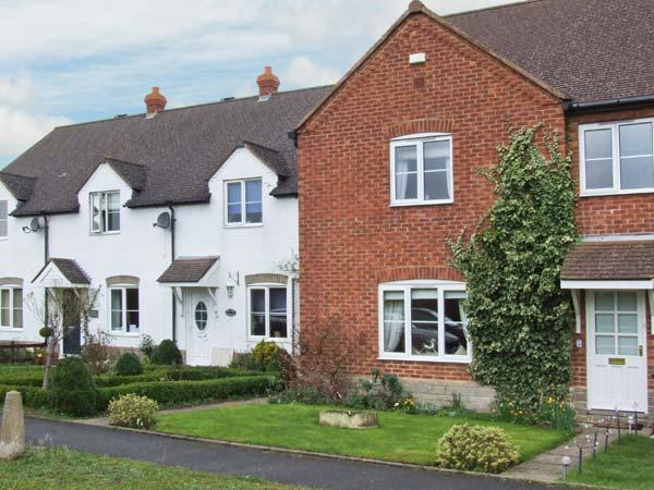 BURRELL HOUSE, end-terrace cottage, three bedrooms, enclosed lawned garden, near Evesham, Ref 30572 - Image 1 - Harvington - rentals