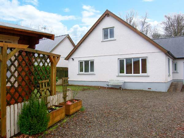 VALLEY VIEW, detached house, summerhouse with pool table, woodland views, family accommodation, near Llandysul, Ref 904305 - Image 1 - Llanllwni - rentals