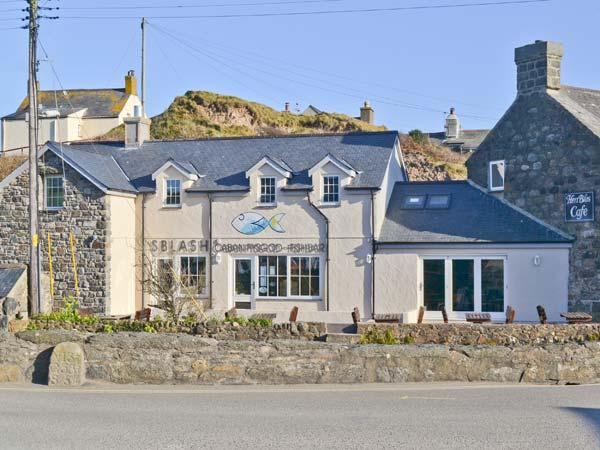 TAN BRYN 1, delightful apartment, king-size bed, enclosed patio, beach opposite, Ref. 905066 - Image 1 - Aberdaron - rentals