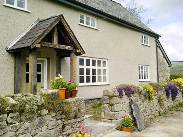THE HYMMS, character features, games room, woodburner & fire, WiFi, pet-friendly cottage in Walton, Ref. 905113 - Image 1 - Old Radnor - rentals