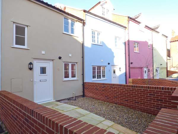 6 SEA MEWS, close to the coast, WiFi, off road parking, terrace cottage in Cromer, Ref. 905405 - Image 1 - Cromer - rentals