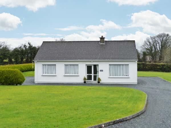 SEAFIELD, detached cottage with garden, two sitting rooms, close amenities and river, Ramelton, Letterkenny Ref 905824 - Image 1 - Ramelton - rentals