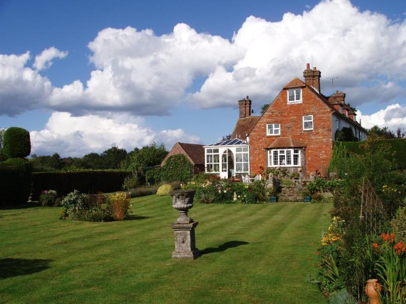 Butlers Farmhouse and Main Lawn - Butlers Farmhouse Bed and Breakfast - Herstmonceux - rentals