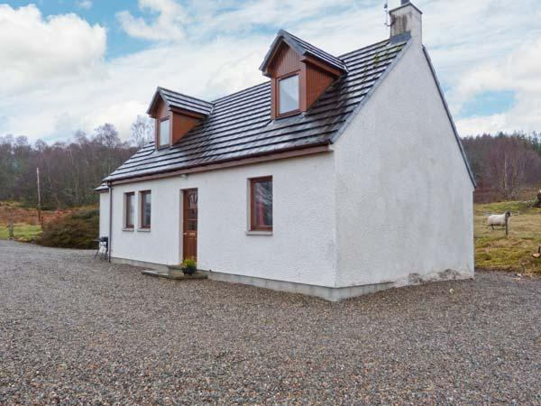 BALNABODACH, pet-friendly cottage with great views, garden, loch fishing, Farr, Inverness Ref 906764 - Image 1 - Inverness - rentals