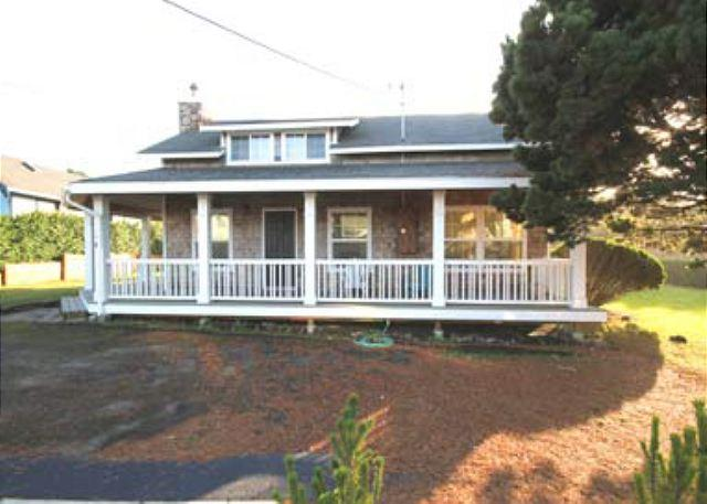 Amazing Home Halfway Between Gift Shops and the Sand - Image 1 - Lincoln City - rentals