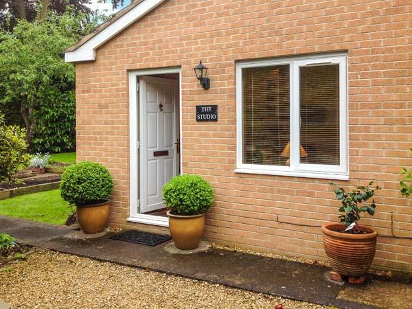 THE STUDIO, pet friendly, country holiday cottage, with a garden in Stratford-Upon-Avon, Ref 6901 - Image 1 - Stratford-upon-Avon - rentals