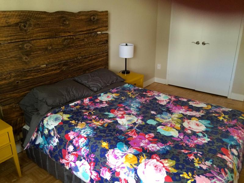 Double bed with reclaimed barn wood headboard - Serene 1 Bedroom Apartment in High Park - Toronto - rentals