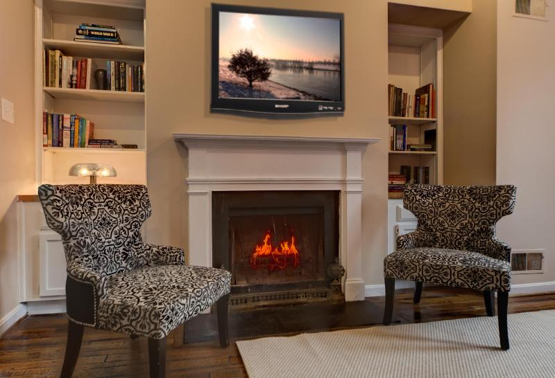 Living room with wood fireplace and TV - Lovely Street in Georgetown, Bright corner house - Rosslyn - rentals
