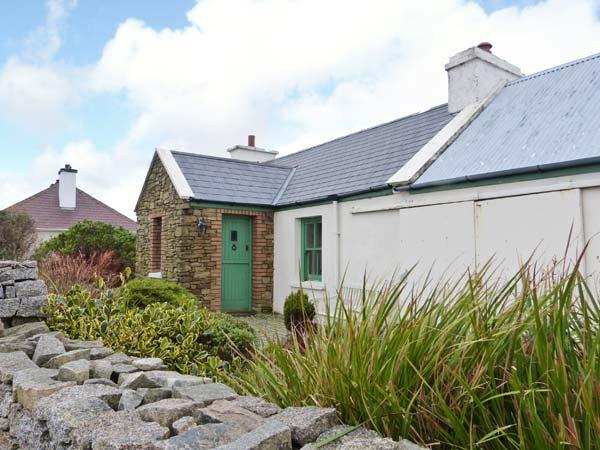 RAMHARC NA NOILÉAN, pets welcome, all ground floor, en-suite, stove & fire, character cottage near Kincasslagh, Ref. 905819 - Image 1 - Kincasslagh - rentals