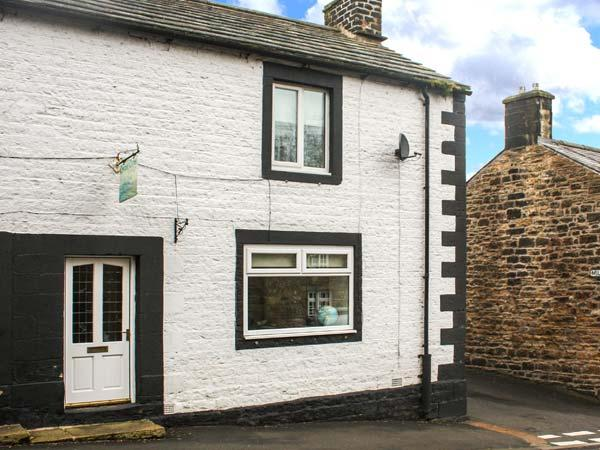 CHARE CLOSE COTTAGE, pets welcome, two en-suite bedrooms, open fire, close to amenities & Hadrian's Wall, fantastic walks & cycling, Ref. 906510 - Image 1 - Haltwhistle - rentals