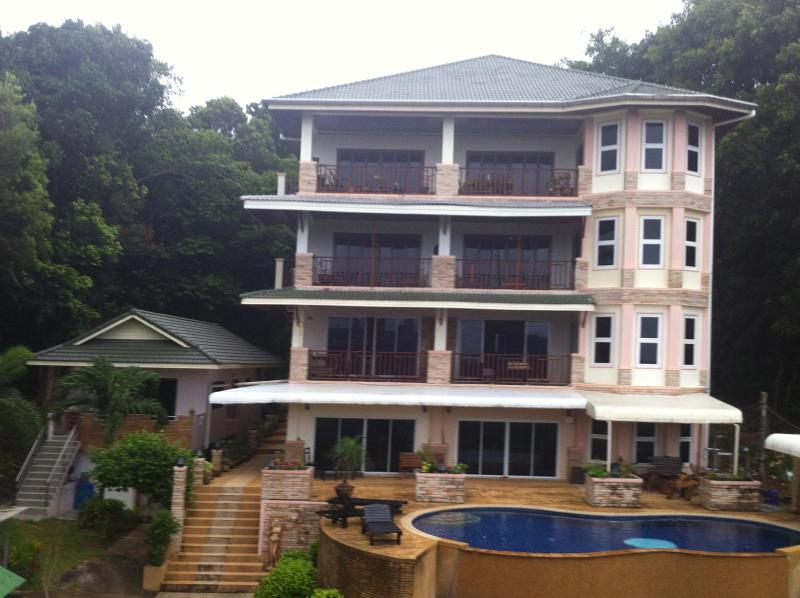 White flower apartment building - 2 Bedroom apartment 65sm in front of swimming pool - Koh Lanta - rentals