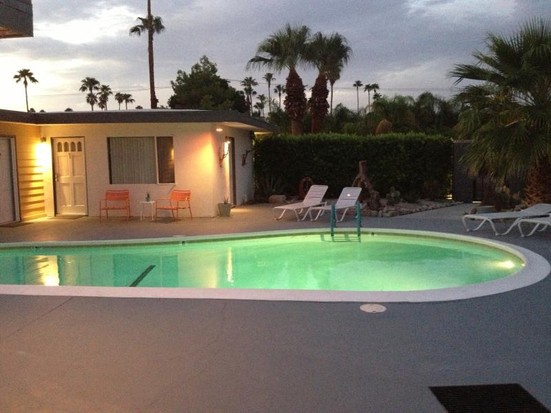 Pool at dusk - The Cottonwood Palm Springs - Palm Springs - rentals