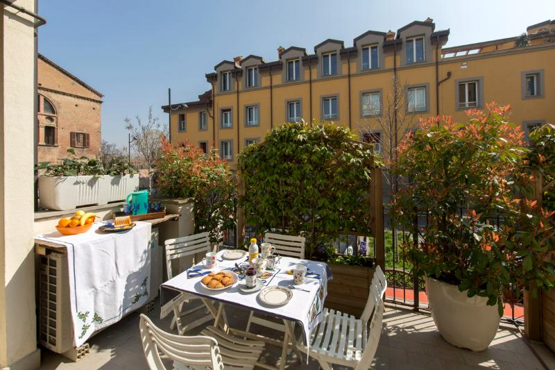 HILLSIDE welcomes you with a toast on its beautiful terrace. - HILLSIDE - Prestigious, Very Central, Elegantly Furnished, Terrace, All Comfort - Bologna - rentals