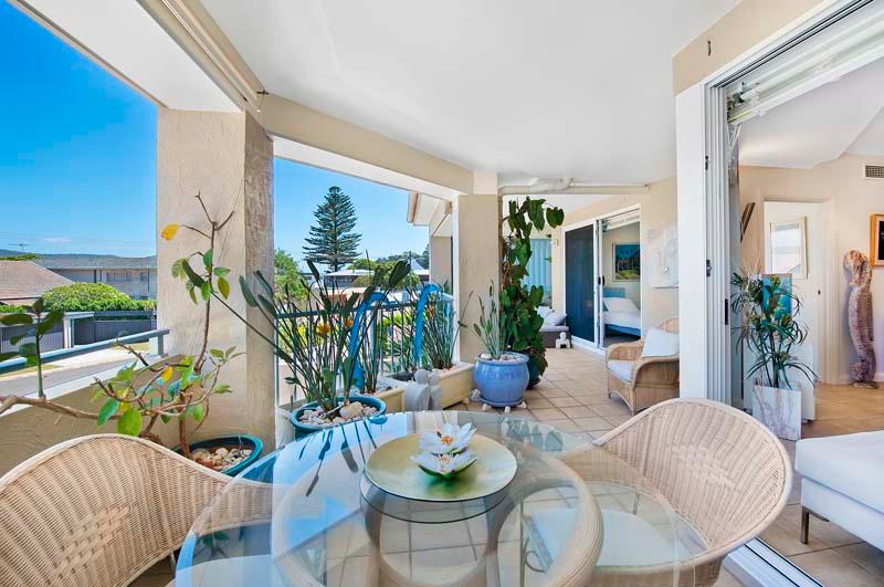 10m wide covered verandah, outdoor lounge & dining areas  - Beachside luxury apartment with 'wow' factor - Palm Beach - rentals