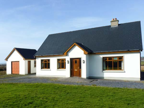 BALLINAGUN, en-suites, open fire, sweeping views, detached cottage near Creegh, Ref. 906652 - Image 1 - Doonbeg - rentals