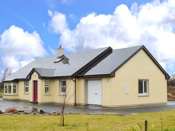 3 ALDERWOOD, detached, off road parking, lawned garden, in Cahersiveen, Ref 903947 - Image 1 - Cahersiveen - rentals