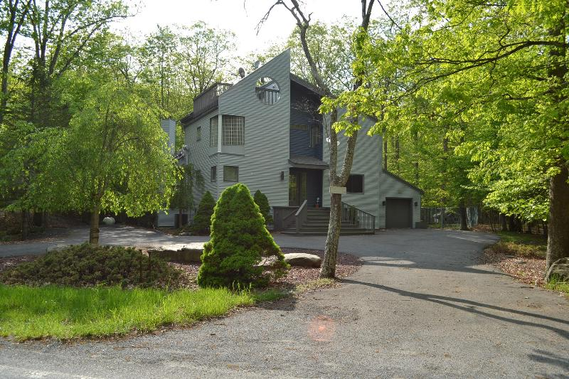 Front of the House - Creekfront. Modern 3500 sf. A/C. Pool, Tennis - Bushkill - rentals