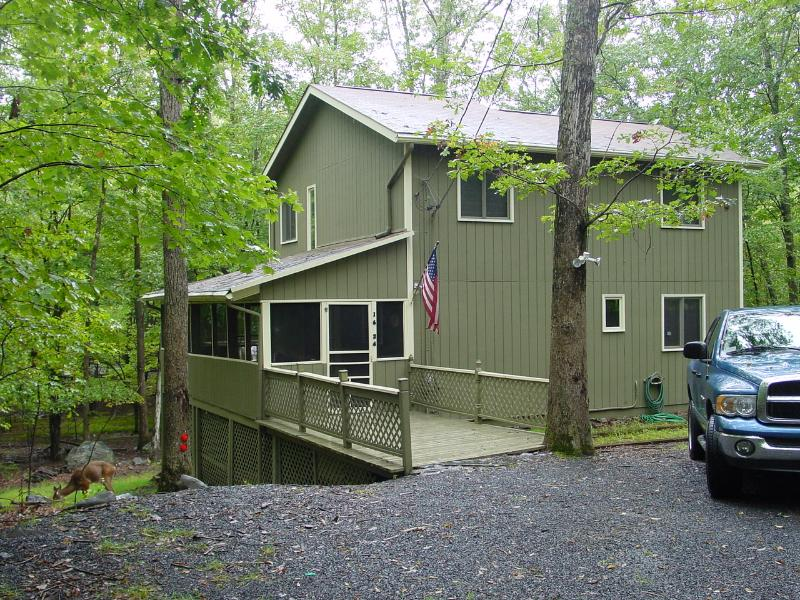 Entrance from front of property - Peaceful Pocono Mountain Pennsylvania Creekside 3 Bedroom House - Bushkill - rentals